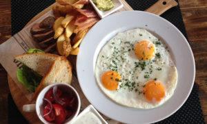 Яичница с беконом на завтрак