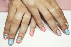 Декор ногтей лентой
