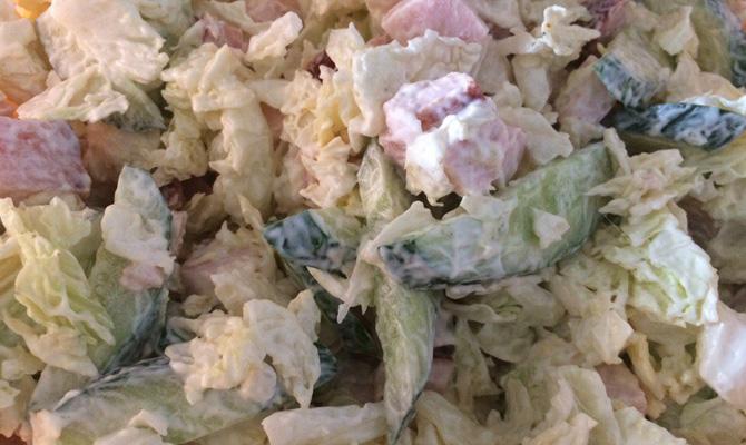 Салат из пекинской капусты и копченой курицы